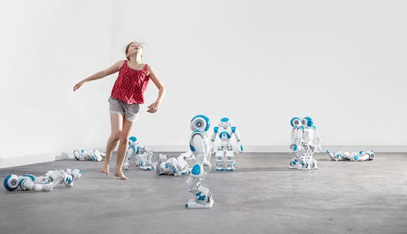 chorégraphe Éric Minh Cuong Castaing, de la compagnie Shonen, en partenariat avec le Centre Chorégraphique National Ballet de Lorraine ce ballet singulier, mêlant robots Nao et enfants,