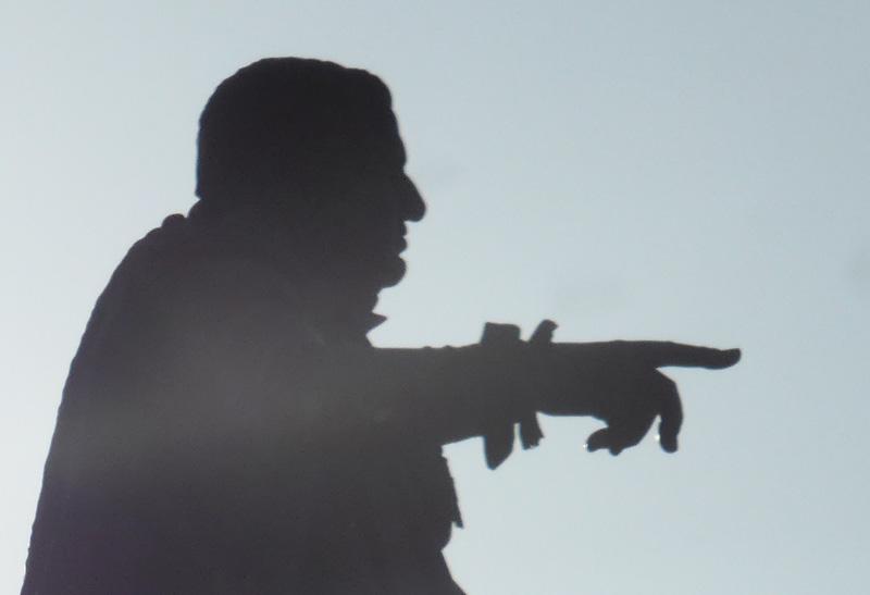 statue-stanislas-doigt-2